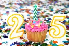 Bigné di celebrazione con la candela - numero 25 Fotografie Stock