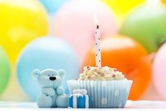 Bigné di compleanno con l'orsacchiotto dello zucchero e della candela Immagine Stock