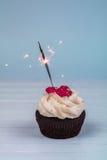 Bigné di compleanno con la stella filante Bigné per spirito di giorno del ` s del biglietto di S. Valentino Immagini Stock Libere da Diritti