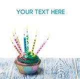 Bigné di compleanno con le candele brucianti Fotografie Stock