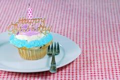 Bigné di compleanno su una zolla fotografia stock libera da diritti