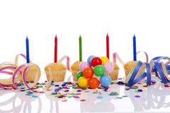 Bigné di compleanno in una fila sopra fondo bianco Fotografie Stock