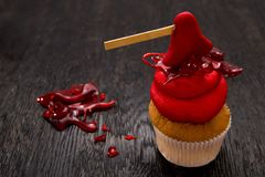 Bigné di rosso uno di Halloween con l'ascia Immagini Stock