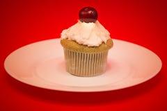 Bigné dolce con la ciliegia Fotografia Stock Libera da Diritti
