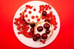 Bigné dolci con le bacche e le ciliege Immagine Stock Libera da Diritti