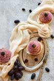 Bigné dorato porpora con la mora sul vassoio d'annata decorato con la forcella, il panno leggero, l'uva blu fresca e le more Fotografie Stock