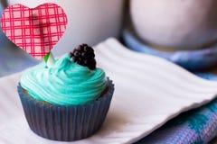 Bigné il giorno del ` s del biglietto di S. Valentino su un piatto di dessert bianco Fotografia Stock