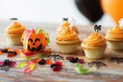 Bigné o muffin del partito di Halloween sulla tavola Immagini Stock Libere da Diritti