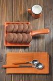Bigné rotto con le gocce di cioccolato e dell'ostruzione. Immagine Stock
