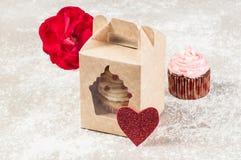 Bigné saporiti decorati per il giorno di biglietti di S. Valentino Immagine Stock