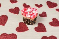 Bigné saporiti decorati per il giorno di biglietti di S. Valentino Fotografie Stock Libere da Diritti