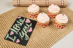 Bigné saporiti decorati per il giorno di biglietti di S. Valentino Fotografia Stock Libera da Diritti