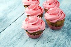 Bigné saporiti su fondo di legno Bigné di compleanno nel colore rosa Immagine Stock Libera da Diritti