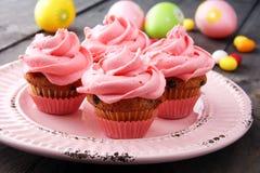 Bigné saporiti su fondo di legno Bigné di compleanno nel colore rosa Fotografia Stock