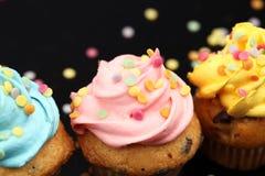 Bigné saporiti su fondo scuro Bigné di compleanno in arcobaleno c Immagine Stock Libera da Diritti