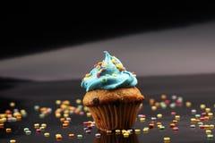 Bigné saporiti su fondo scuro Bigné di compleanno in arcobaleno c Fotografie Stock