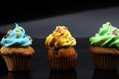 Bigné saporiti su fondo scuro Bigné di compleanno in arcobaleno c Fotografie Stock Libere da Diritti