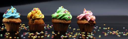 Bigné saporiti su fondo scuro Bigné di compleanno in arcobaleno c Fotografia Stock Libera da Diritti