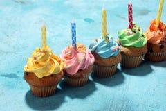 Bigné saporiti sulla tavola Bigné di compleanno nei colori dell'arcobaleno Fotografia Stock Libera da Diritti