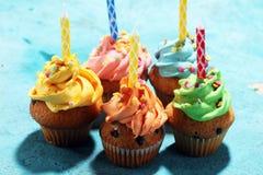 Bigné saporiti sulla tavola Bigné di compleanno nei colori dell'arcobaleno Fotografie Stock