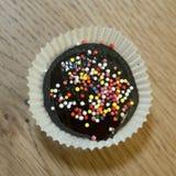 Bigné saporito del cioccolato di compleanno con cioccolato e le caramelle sulla cima Vista superiore Immagini Stock