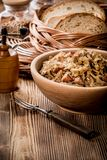 Bigos - μαγειρευμένο λάχανο με το κρέας, τα ξηρά μανιτάρια και το καπνισμένο saus Στοκ Φωτογραφίες