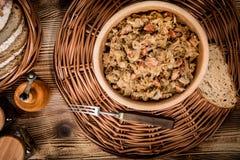 Bigos - μαγειρευμένο λάχανο με το κρέας, τα ξηρά μανιτάρια και το καπνισμένο saus Στοκ φωτογραφία με δικαίωμα ελεύθερης χρήσης