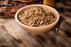 Bigos - μαγειρευμένο λάχανο με το κρέας, τα ξηρά μανιτάρια και το καπνισμένο saus Στοκ Εικόνες