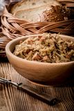 Bigos - μαγειρευμένο λάχανο με το κρέας, τα ξηρά μανιτάρια και το καπνισμένο saus Στοκ Φωτογραφία