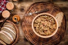 Bigos - μαγειρευμένο λάχανο με το κρέας, τα ξηρά μανιτάρια και το καπνισμένο saus Στοκ φωτογραφίες με δικαίωμα ελεύθερης χρήσης