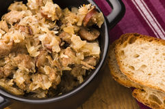 Bigos - traditionelles polnisches Sauerkraut Lizenzfreie Stockfotos