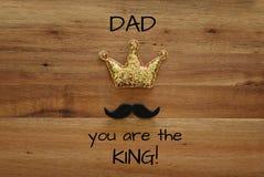 bigote y corona divertidos del brillo Father& x27; concepto del día de s Imagen de archivo