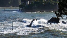 bigs κύματα στην παραλία Santa Cruzt, Santa Cruz σε Santa Cruz Γαλικία, Ισπανία Στοκ Φωτογραφία