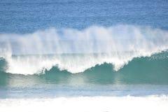 Bigs ondule et le vent apportent le jet d'océan aux vagues se brisantes images libres de droits