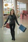 bigtime детеныши покупкы девушки Стоковая Фотография