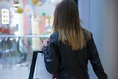 bigtime детеныши покупкы девушки Стоковое фото RF