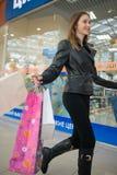 bigtime детеныши покупкы девушки Стоковая Фотография RF