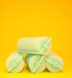 Bigudíes de pelo verdes en un fondo amarillo Imagen de archivo libre de regalías