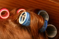 Bigudíes en el pelo Imagen de archivo