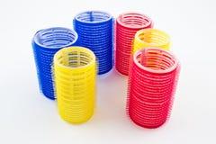 Bigudíes rojos, azules y amarillos para el peluquero Fotos de archivo