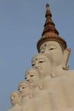 5 Bigwhite Buddhas на виске phasornkaew Wat, взгляде a Beauti стоковое изображение