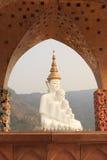 5 Bigwhite Buddhas на виске phasornkaew Wat, взгляде a Beauti стоковое фото rf