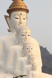5 Bigwhite Buddhas на виске phasornkaew Wat, взгляде a Beauti стоковые фотографии rf