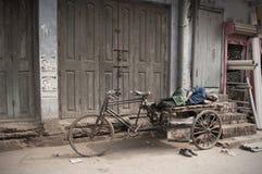 Bihar/Ινδία - 12 21 2013: NAP αναβατών δίτροχων χειραμαξών στην οδό στοκ εικόνες