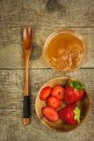 Bihonung och nya jordgubbar Söt mat Försäljningar av honung Royaltyfria Bilder