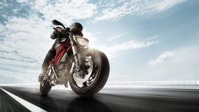 Biiker sur la route, montant autour d'une courbe avec une tache floue de mouvement modifiée la tonalité images stock