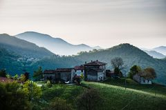 Bij berg, huizen royalty-vrije stock afbeelding