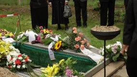 Bij de begrafenis stock footage