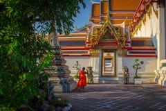 Bij de boeddhistische tempel Stock Afbeelding