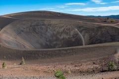 Bij de bovenkant van Cinder Cone, het Nationale Park die van Lassen neer naar de bodem van de kegel kijken royalty-vrije stock afbeeldingen